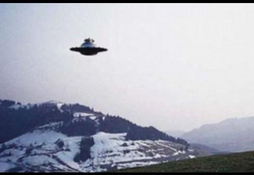 Жители села Красный Чикой Забайкальского края вечером 1 октября наблюдали неопознанный летающий объект эллипсовидной формы, от которого исходили лучи.