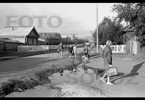 Дети идут в школу. Село Красный Чикой. 1960-е.  Фотограф: МИХАЙЛОВ Андрей (1932-1984)
