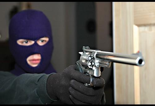 В ночь на 25 июля в селе Красный Чикой двое неизвестных в масках, проникли в дом предпринимателя и, угрожая предметом похожим на обрез охотничьего ружья, похитили крупную сумму денег (16+)